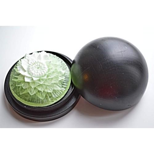 Vyřezávané mýdlo - Jiřina - meduňka - dvoubarevné